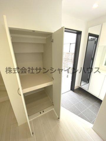 玄関脇にある収納はコートなどかさばる物の収納に便利です。