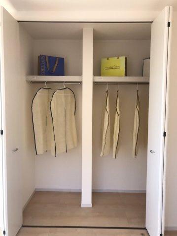 オールシーズンの衣類や帽子など小物を一括収納!衣替えの手間が省けます。かさばりがちな大きなスーツケース・衣装ケースなども、ゆったりと収納できます。