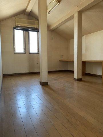 3階には屋根裏部屋もございます! 座って本を読んでいただけるスペースもあり、楽しく過ごしていただけます!