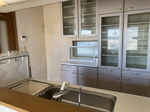 収納棚完備で、冷蔵庫置き場もございます!