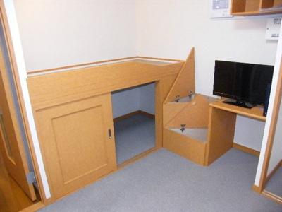 ベッドスペース。下部は収納スペース