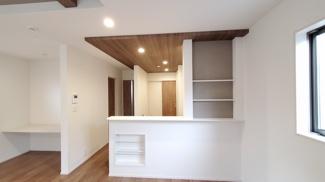 キッチン背面の収納スペースです