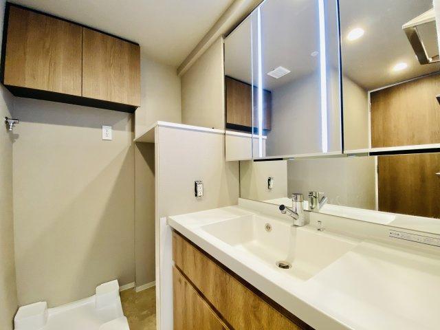 使い勝手のよい三面鏡の洗面台 鏡裏も収納があり水回りをキレイにお使い頂けます