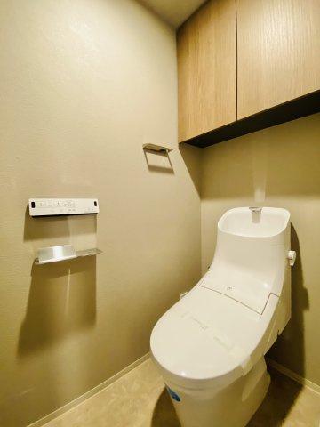 トイレ上部には備品などの収納に便利な吊戸棚がございます