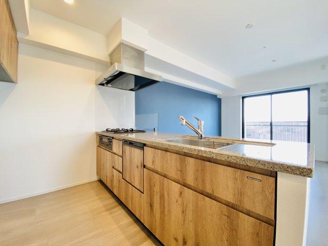 人気の対面式キッチンには食洗機を標準装備です キッチン背面には便利な吊戸棚がございます