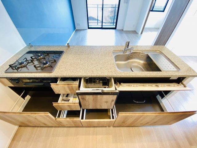 キッチン下部の収納スペース 調理器具や調味料などしっかり収納できます