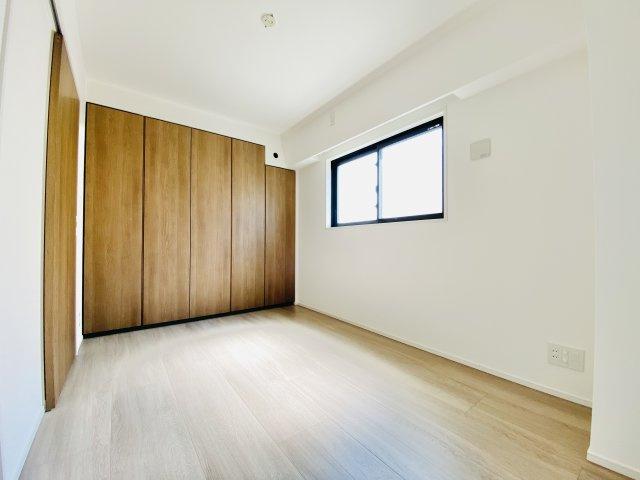 6帖洋室は壁面ワイドな収納が魅力的です