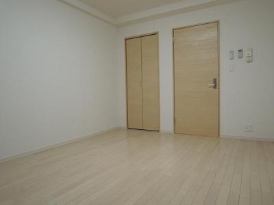「居室とキッチンの間に扉があります。」
