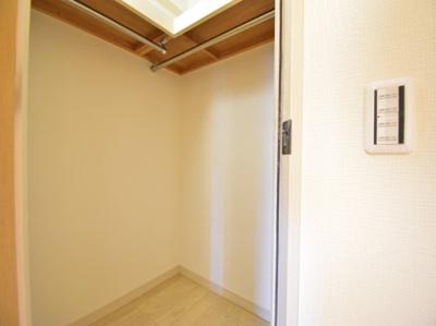 主寝室には大容量のウォークインクローゼットを配置。お気に入りのお洋服をたっぷり収納できます。