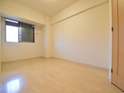 約7.0帖の洋室。各居室十分な広さを確保しております。ウォークインクローゼット付で主寝室にピッタリ。