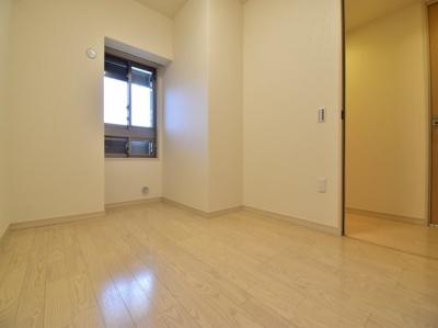 約5.1帖の洋室。各居室十分な広さを確保しております。あなたならどんなお部屋として使いますか?