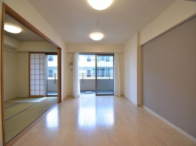 リビング+和室で約21帖の贅沢空間。大開口の窓から差し込む光で明るく開放的な空間を演出します。