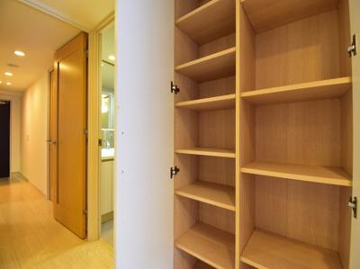 キッチン横には大容量の収納スペースを。食品庫としてご利用頂ければキッチン回りもスッキリまとまりそう