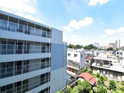 4階部分からの眺望です。前面の建物は距離がございますので十分な採光と気持ちの良い風が吹き込みます。