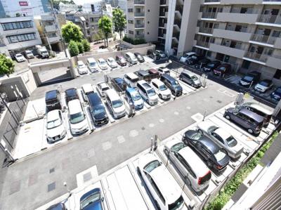 敷地内に大型駐車場完備しております。シャッター付きで防犯面も安心。最新の空き状況はお問合わせ下さい。