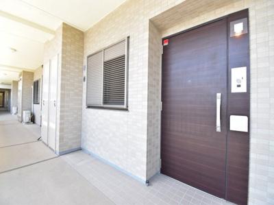 家の顔となる玄関こそ高いデザイン性を。高級感溢れる玄関ドアを開けるとホテルライクな空間が広がります。