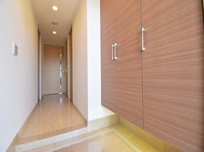 ホテルライクな大理石調で高級感ある玄関。大容量シューズボックス完備で気持ち良く来訪者を受け入れます。