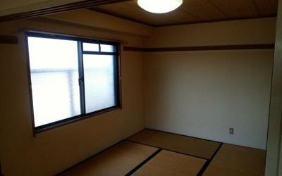 和室にも窓ありです。