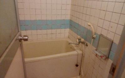 浴室。ユニットバスでお掃除も楽々。※写真は工事前のものです