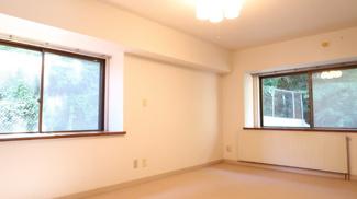 メインベッドルームは9.9帖あり、角部屋ならではの豊かな採光が得られます。出窓があるので更に広く感じますね♪
