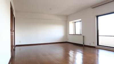 明るく開放的な空間が広がるLDK。室内には豊かな陽光が注ぎ込み、爽やかな住空間を演出。