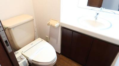 トイレには洗面台もあり、広々快適♪