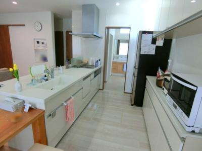 キッチン~洗面所への動線も確保されており、朝の忙しい時間の料理や洗濯物もストレスなく行き来ができます。