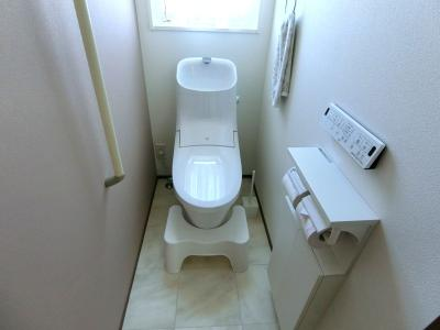 1階トイレになります。温水洗浄便座搭載でいつでも清潔、冬でもひんやりしません。