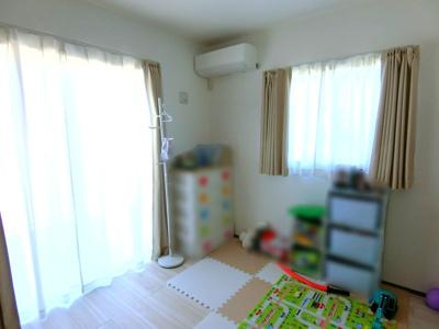 1階洋室です。現在はお子様のお部屋として利用されています。お子様のお部屋やお客様をお通しする部屋としても利用できます。