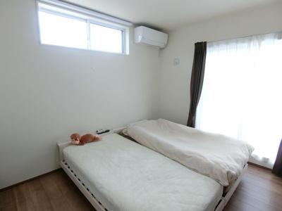 2階洋室です。白いクロスを基調としていますので、どんな家具でも合わせやすいです。