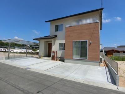 前面道路は幅員5m。開発分譲地内の道路なのでスッキリと整備されています。