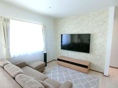 アクセントカラーのクロスを使っており、センスの良い空間。テレビは壁掛けすることが可能です。※家具・家電は付帯しません。