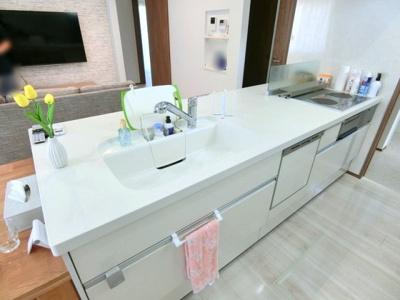 フルフラットのキッチンで開放感があり、掃除もしやすいです。色もホワイト調で統一されています。