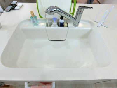 シンクは人造大理石タイプで傷がつきにくい。掃除もしやすく、水垢も目立ちにくいです。