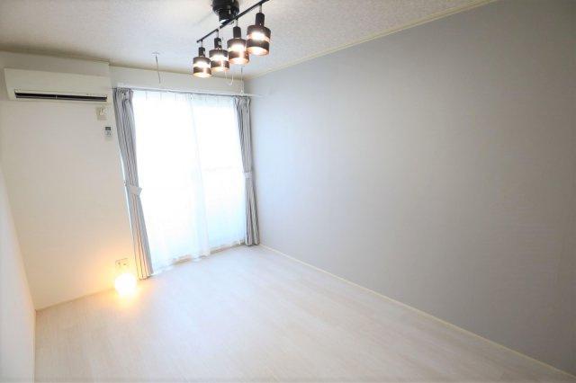 グレー×白がおしゃれな雰囲気の洋室です♪