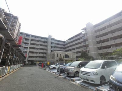 総戸数98戸、2006年7月築、管理人は日勤勤務につき管理体制良好です♪