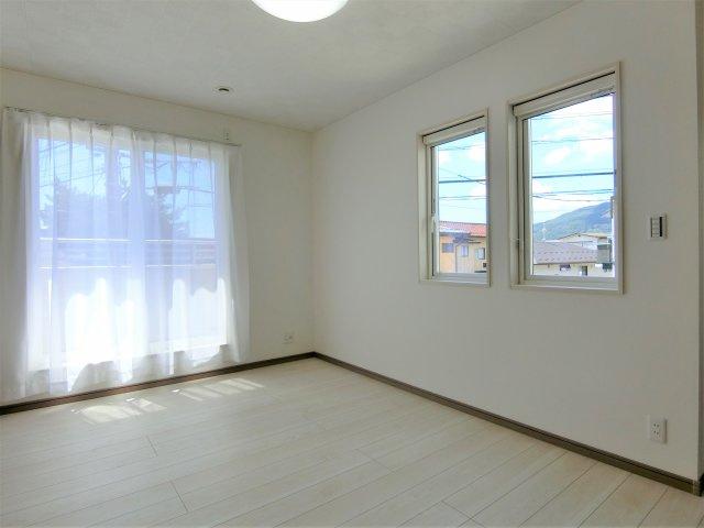 2階7.9帖の洋室です。2方向に窓があり明るく風通しが良い過ごしやすいお部屋です。