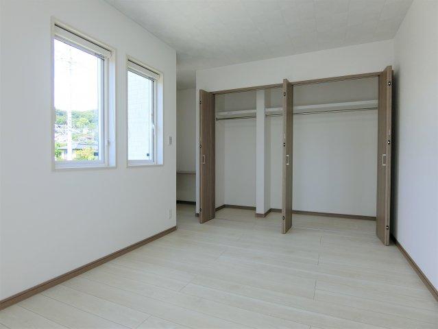 2階7.9帖の洋室北側のクローゼットです。大容量の収納でお部屋はスッキリ片付きます。