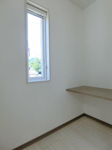 2階7.9帖の洋室のカウンタースペース。使い道は自由。テレワークにもパウダールームにも使えそうです。