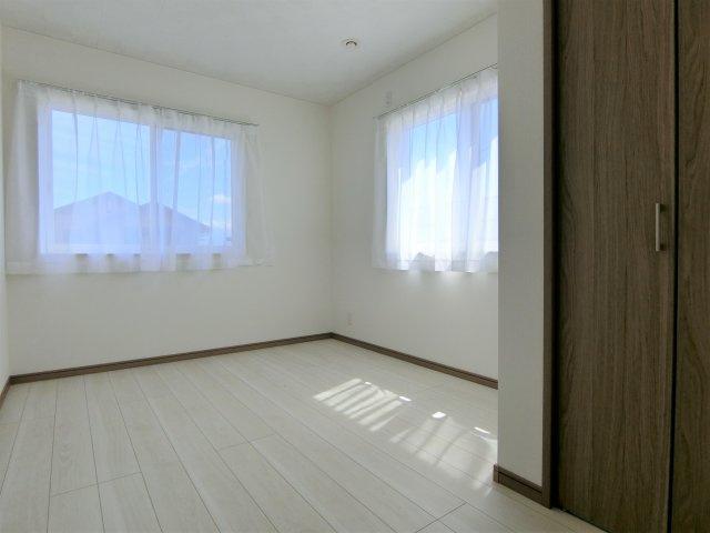 2階5.5帖の洋室(南側)です。全てのお部屋に照明器具、網戸、レースカーテン設置済です。