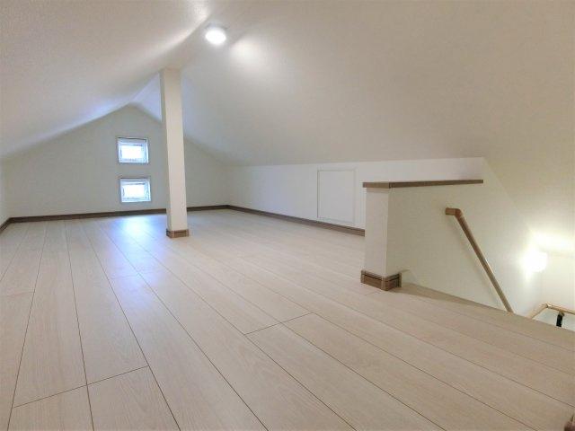 7.8帖の屋根裏収納です。ご家族皆さまに嬉しい大容量の収納スペースで、固定階段で行き来も安全です。