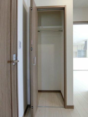 玄関のクローゼットです。コートやお出かけ用品など玄関に収納できます。