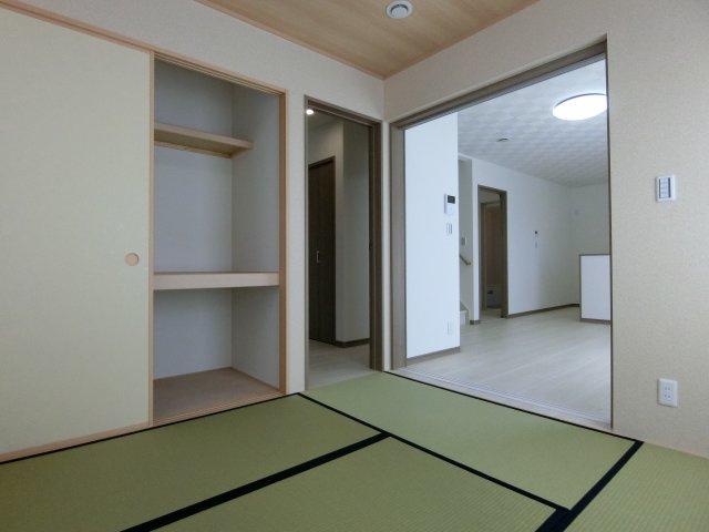 和室からリビング、玄関の出入り口方向を撮影。