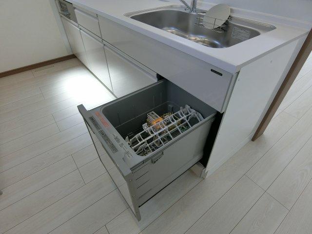システムキッチンに食器洗浄乾燥機も組み込まれています。
