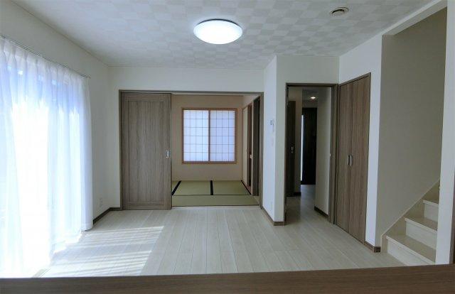 キッチンからリビング、和室方向を撮影。