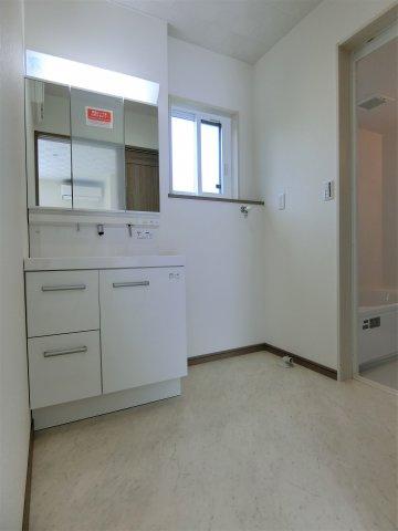 明るく清潔な洗面脱衣室です。収納たっぷりのシャンプードレッサー付洗面化粧台を設置。