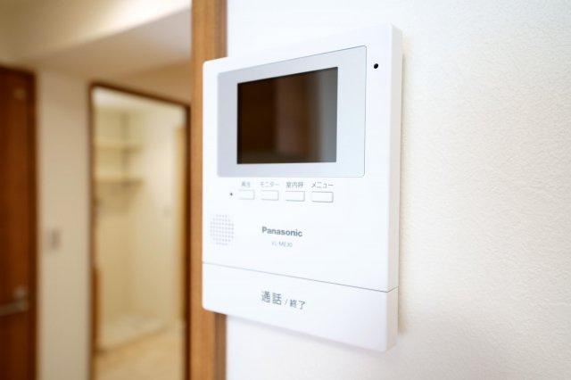 モニター付インターホンです。来客時に画面上で確認ができるので安心です。