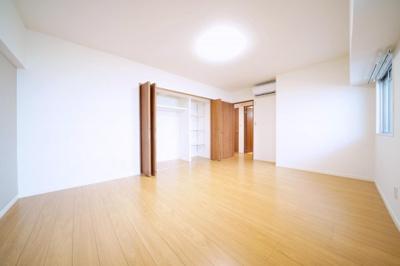 北側の広々とした洋室です。エアコン付きのお部屋です。