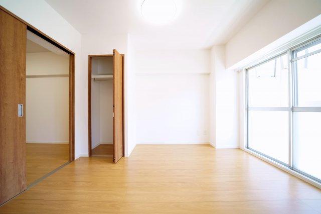南東側、約5.5帖の洋室です。