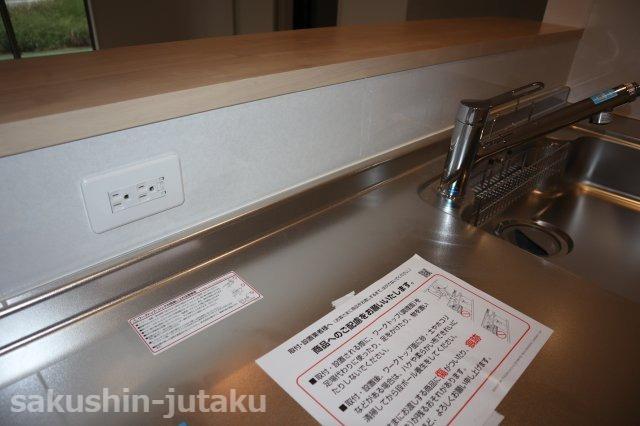 キッチン前面にあるとうれしいコンセント 食洗器やジュースミキサーが活躍できます。